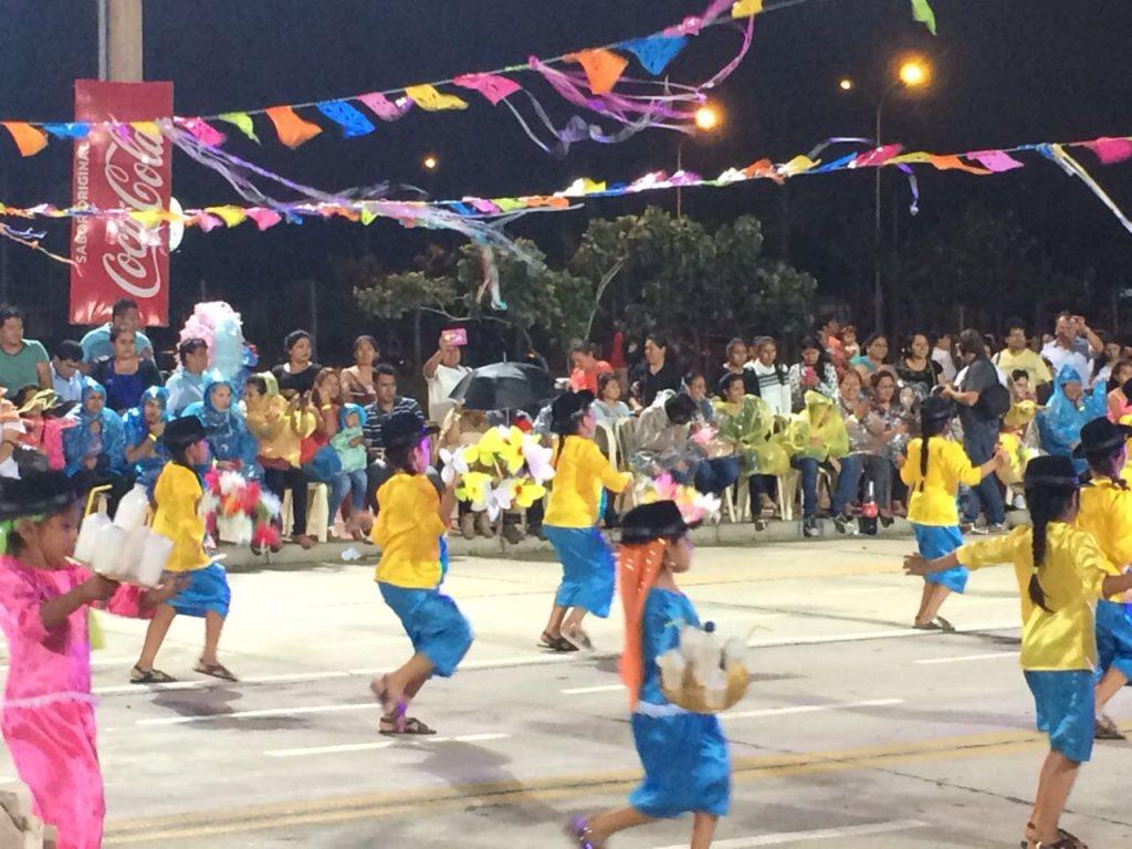 Parade mit tanzenden Kindern